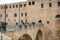 Un groupe de bahá'ís visitent la prison où Bahá'u'lláh a été détenu pendant plus de deux ans. C'est de cette prison à Acre que Bahá'u'lláh s'est adressé aux rois et aux dirigeants de son époque.