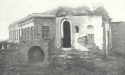 Bahá'u'lláh a commencé sa proclamation aux rois et dirigeants du monde alors qu'il résidait à Edirne, en Turquie. Cette photo d'octobre 1933 montre les ruines de la maison d'Izzat Aqa à Edirne, en Turquie, la dernière résidence de Bahá'u'lláh dans cette ville.