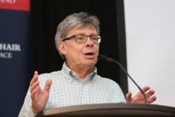 Le politologue Craig Murphy, professeur au Wellesley College, a parlé du thème de la conférence : leadership, gouvernance mondiale et paix.