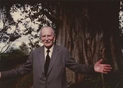 Photo de 1976 montrant Richard St. Barbe Baker devant un arbre à Nairobi, au Kenya.