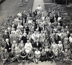 St. Barbe assis au milieu de la deuxième rangée pour ce portrait des participants à la première université d'été de Men of the Trees en 1938. (Source : Bibliothèque de l'université de la Saskatchewan, Archives et collections spéciales de l'université, Richard St. Barbe Baker Fonds)