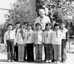 À l'âge de 91 ans, St. Barbe avec un groupe d'écoliers en Chine. (Source : Bibliothèque de l'université de la Saskatchewan, Archives et collections spéciales de l'université, Fonds Richard St. Barbe Baker)