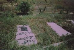 Les bahá'ís en Iran subissent également des incitations à la haine et des attaques. Photo d'un graffiti inscrit dans un cimetière de Hamadan et portant la mention « mort sous la plus grande torture ».