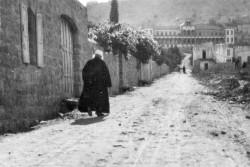 Photo de 1920 de 'Abdu'l-Bahá sortant de sa maison de Haparsim Street à Haïfa. Il travailla sans relâche pour promouvoir la paix et veiller à la sécurité et au bien-être des habitants d'Acre et de Haïfa.