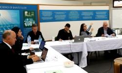 Ida Walker (deuxième à partir de la droite), qui travaille pour le Bureau des affaires extérieures en Australie, s'exprimant dans un séminaire sur la cohésion sociale avec des participants de tout le pays. Le rassemblement a eu lieu la semaine dernière sur le terrain de la maison d'adoration bahá'íe à Sydney.