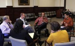 Des participants parlant lors d'un dialogue sur la foi et le racisme, organisé par le Bureau des affaires publiques bahá'í des États-Unis en octobre 2017.