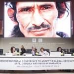 Le secrétaire général des Nations unies, António Guterres (au centre), s'entretenant avec Louise Arbour, représentante spéciale du secrétaire général pour les migrations, à la conférence intergouvernementale sur l'adoption du Pacte mondial pour des migrations sûres, ordonnées et régulières. À gauche, Michelle Bachelet, haut-commissaire des Nations unies aux droits de l'homme, et María Fernanda Espinosa Garcés (deuxième à gauche), présidente de la 73e session de l'Assemblée générale. (Photo ONU/Sebastien Di Silvesto)