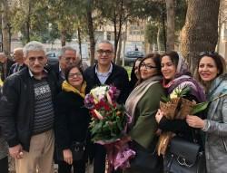 Afif Naeimi (au centre) se tenant aux côtés de ses proches à Téhéran plus tôt dans la journée, après avoir terminé son injuste peine de prison de 10 ans.