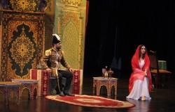 Cette scène de la pièce de théâtre « Daughter of the Sun » décrit le moment où Nasiri'd-Din Shah, roi de Perse, a rencontré Tahirih, lui offrant de l'épouser si elle renonçait à sa foi. Tahirih a décliné l'offre par un poème : « Royaume, richesse et pouvoir pour toi / mendicité, exil et perte pour moi / si le premier est bon, c'est le tien / si le dernier est dur, c'est le mien. »