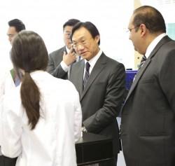 Alexis Tam, secrétaire aux Affaires sociales et à la culture de Macao, a visité l'école des Nations en avril 2017. M. Tam (deuxième à partir de la droite) visite un laboratoire scientifique du lycée avec Vivek Nair (à droite), directeur de l'école.