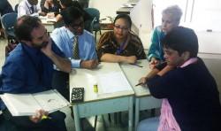 Les enseignants préparent ensemble une leçon dans le cadre de la communauté d'apprentissage professionnel de l'école. Les enseignants se réunissent par petits groupes chaque semaine pour étudier, réfléchir et se concerter sur leurs efforts.
