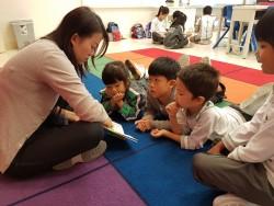 Enseignante de primaire faisant la lecture à ses élèves.