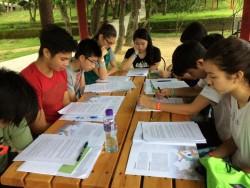 Un professeur de lycée et plusieurs élèves étudiant lors d'un camp organisé à Hong Kong en mai 2017.