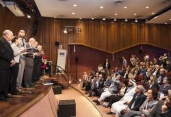 Venus Khalessi (deuxième à gauche) de la communauté bahá'íe d'Australie lisant la déclaration finale du Forum interconfessionnel du G20, qui s'est tenu en septembre à Buenos Aires.