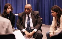 Carl Murrell (au centre) du Bureau bahá'í des affaires publiques des États-Unis à une discussion de groupe lors du Parlement des religions du monde, tenu en novembre à Toronto.