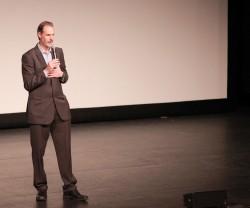 Steven Sarowitz parle de son film, « La Porte », un documentaire historique sur le Báb. Environ 1 000 personnes ont regardé le film lors d'une projection au Parlement des religions du monde à Toronto, en novembre.