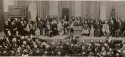 Le Parlement des religions du monde de 1893, qui s'est tenu à Chicago, est présenté comme le premier des rassemblements formels interconfessionnels.