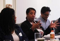 Un participant à un Faith and Race Dialogue en septembre s'exprimant pendant le rassemblement.