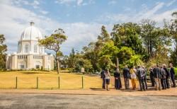 Les participants au forum des chefs religieux de New South Wales, en septembre 2017, se réunissant devant la maison d'adoration bahá'íe à Sydney