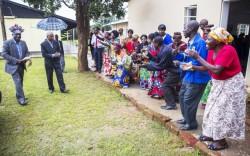 Participants à l'inauguration de nouvelles installations à l'institut bahá'í Eric Manton à Mwinilunga, en Zambie, accueillant le chef principal Kanongesha (à gauche), le 22 février.