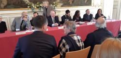 Le jeudi 28 mars, l'Hôtel de ville de Strasbourg a accueilli une table ronde avec les représentants de huit cultes. De gauche à droite : Jacques Fortier (médiateur), Sacha Marche (bouddhisme), Abdelhaq Nabaoui (Islam), Christian Albecker (protestantisme), Étienne Uberall (catholicisme), Harold Weill (judaïsme), Luxmee Quirin (hindouisme), Vasile Iorgulescu (orthodoxie) et Hamdam Nadafi (foi bahá'íe)