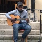 Cyril a emmené les spectateurs en voyage avec des chants de Nouvelle Calédonie