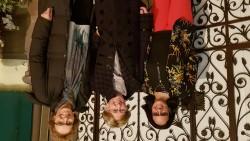 (De gauche à droite), Mmes Hamdam Nadafi (directrice du Bureau des affaires extérieures de la foi bahá'íe en France), Nicole.M (croyante bahá'íe de l'Eurométropole de Strasbourg et membre du comité interreligieux pour le Calendrier des religions) et Sylvia.D (croyante bahá'íe de Strasbourg, qui représente les bahá'ís au Comité interreligieux du Grand-Est)