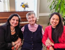 Bani Dugal (à gauche), représentante principale de la BIC, et Saphira Rameshfar (à droite), représentante de la BIC, avec Mary Power qui, en tant que représentante principale de la BIC en 1995, a présidé un important forum d'organisations non-gouvernementales lors de la quatrième conférence mondiale sur les femmes.