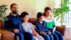 Une famille chilienne récite des prières bahá'íes dans le cadre de l'émission, qui visait à transmettre le même esprit de prière que celui que les gens ressentent quand ils prient ensemble dans leur foyer.