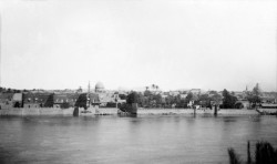 Une vue historique de Bagdad et du fleuve Tigre, c. 1930 ; c'est dans cette ville que Bahá'u'lláh a déclaré en avril 1863 qu'il était un messager de Dieu.