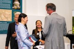 Réunions en présence tenues conformément aux mesures de sécurité exigées par le gouvernement. Jing Lee (à gauche), ministre adjoint du Premier ministre de l'État d'Australie-Méridionale, s'entretient avec des représentants de la communauté bahá'íe lors d'une réunion à Adélaïde, en Australie-Méridionale.