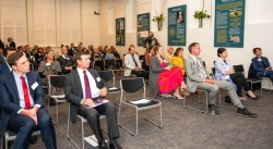 Réunions en présence tenues conformément aux mesures de sécurité exigées par le gouvernement. Une discussion à Adélaïde, en Australie-Méridionale, a porté sur la publication « Créer un récit inclusif ».