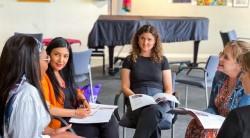 Réunions en présence tenues conformément aux mesures de sécurité exigées par le gouvernement. Les participants discutent des idées de la publication « Créer un récit inclusif » lors d'un rassemblement dans le Territoire de la capitale australienne.