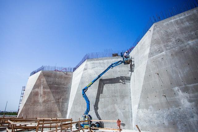 Les murs plissés seront plus tard revêtus de pierre.
