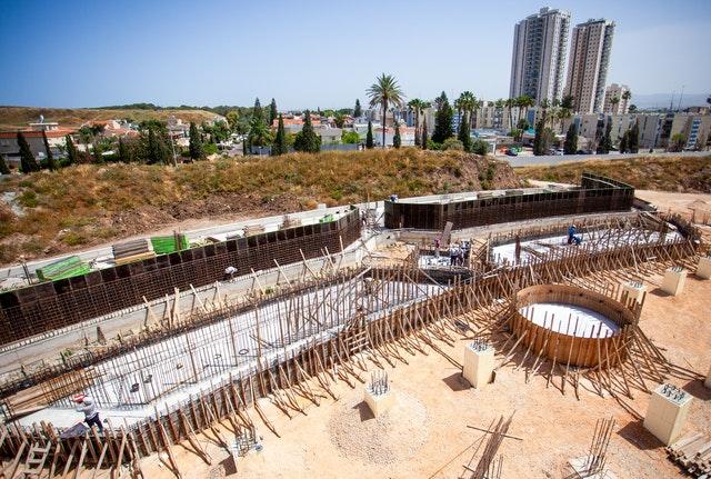 Des jardinières de différentes formes sont en cours de construction pour les jardins qui embelliront la place nord.