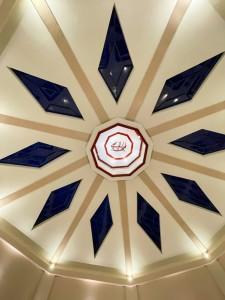 Un symbole sacré bahá'í connu sous le nom de Plus-Grand-Nom a été placé au sommet du dôme. Le Plus-Grand-Nom est une représentation calligraphique de l'invocation « Ô toi la Gloire des Gloires ».