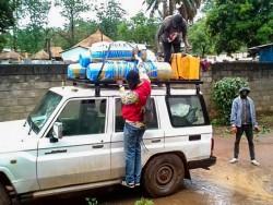Des jeunes de Bangui se préparent à voyager avec les membres du comité d'urgence mis en place par l'Assemblée spirituelle nationale.