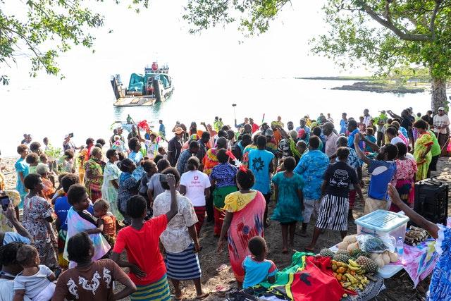 Rassemblements en présence organisés selon les mesures de sécurité exigées par le gouvernement. Plus de 250 personnes des villes de l'île de Tanna se sont réunies pour accueillir un bateau de Port Vila transportant une cargaison tant attendue : les principaux éléments de la maison d'adoration bahá'íe locale qui sera construite dans la ville de Lenakel.