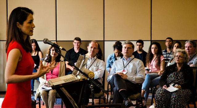 Photographie prise avant la crise sanitaire actuelle. Une session lors d'une précédente conférence de l'Association d'études bahá'íes.