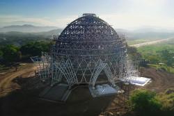 La superstructure en acier, désormais entièrement terminée, surplombe la banlieue de Waigani à Port Moresby, en Papouasie-Nouvelle-Guinée.