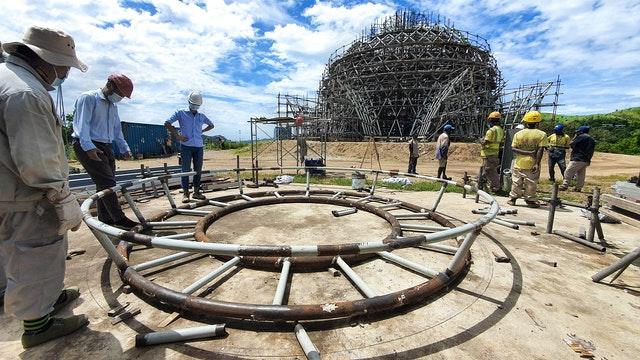 Avant d'être mis en place au sommet du dôme, le cadre de support de l'oculus est d'abord préassemblé au sol.