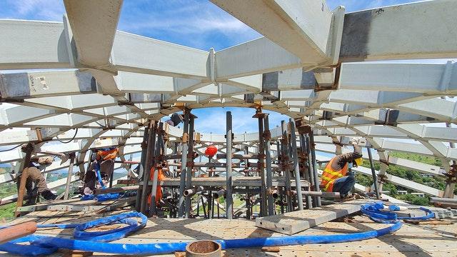 Les éléments en treillis métallique de l'anneau de compression se rejoignent au sommet du dôme de la maison d'adoration.