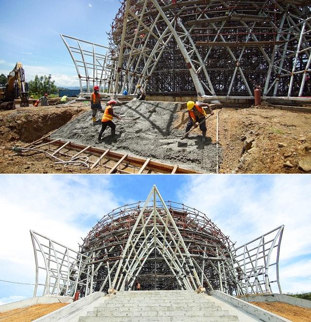 Du béton est coulé pour renforcer le sol en vue de la construction des escaliers menant à l'auvent de l'entrée principale du temple. L'image du bas montre l'un des neuf escaliers.