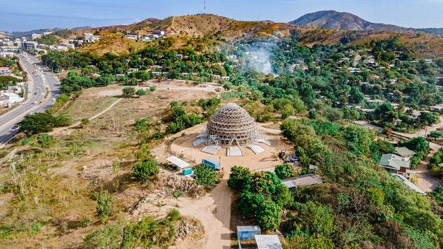 Avec l'achèvement de la superstructure en acier, la forme émergente de la maison d'adoration peut être vue de toutes les directions quand on s'approche de la zone de Waigani de Port Moresby. (Crédit photo : Shannon Ambu)