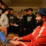 Rassemblements en personne organisés selon les mesures de sécurité exigées par le gouvernement. Une session d'enregistrement au cours de laquelle des jeunes du quartier de Manurewa à Auckland créent des chansons pour inspirer des actions pour le bien-être de leur communauté.