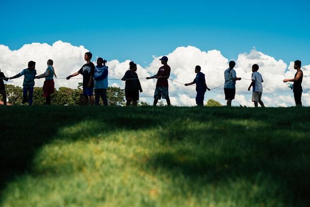 Photographies prises avant la crise sanitaire actuelle. Les participants aux initiatives éducatives proposées par les bahá'ís de Manurewa apprennent l'unité et la coopération à travers une activité de groupe.