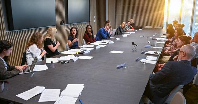 Photographie prise avant la crise sanitaire actuelle. Les discussions organisées par le Bureau bahá'í des affaires extérieures en Australie ont porté sur la manière dont les médias peuvent contribuer à une plus grande cohésion sociale.