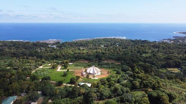 Vue aérienne de la maison d'adoration bahá'íe à Tanna.