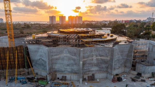 Cette photo montre les dernières étapes de la construction des segments reliant les murs de la place centrale aux murs des portails nord et sud.