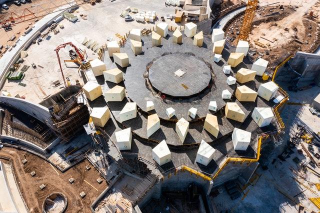 Dans cette vue aérienne apparaît le motif de la structure des clairevoies et des puits de lumière qui s'étendront à partir de l'édifice principal.